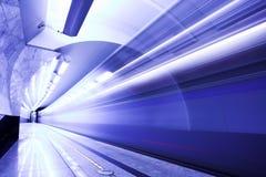 Schnellzug in der Untergrundbahn Stockbild