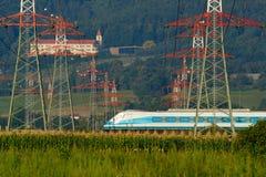 Schnellzug, Stromleitungen, Schloss Stockfotografie