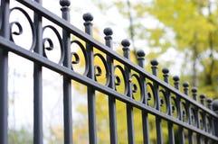 Schöner bearbeiteter Zaun Bild eines dekorativen Roheisenzauns Teil eines Metallgitterzauns schöner Zaun mit künstlerischem Schmi Stockfotografie
