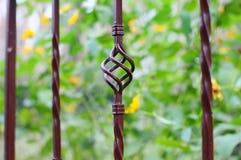 Schöner bearbeiteter Zaun Bild eines dekorativen Roheisenzauns Teil eines Metallgitterzauns schöner Zaun mit künstlerischem Schmi Lizenzfreie Stockfotos
