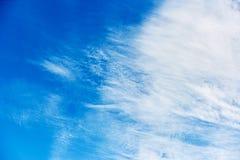Schöner blauer Himmel mit zerstreuten Wolken Stockfoto