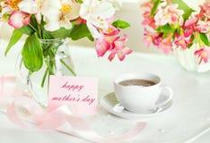 Schöner Blumenstrauß von Alstroemeria und Tasse Tee für das DA der Mutter Lizenzfreie Stockfotos