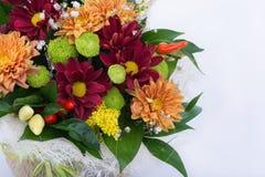 Schöner Blumenstrauß von hellen Blumen auf weißem Hintergrund Stockfotografie