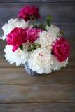 Schöner Blumenstrauß von Pfingstrosen Lizenzfreie Stockfotografie