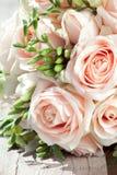 Hochzeitsblumenstrauß der weißen Freesias und der rosa Rosen Stockfotografie