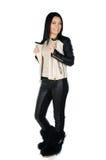 Schöner Brunette, der ihren Ledermantel aufwirft und zeigt Stockfotografie