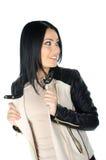 Schöner Brunette, der ihren Ledermantel aufwirft und zeigt Stockbild