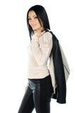 Schöner Brunette, der mit einem Mantel auf ihrer Schulter aufwirft Stockbild