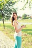 Schöner Entspannungstrinkender Kaffee der jungen Frau draußen Stockbild