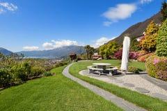 Schöner Garten eines Landhauses Lizenzfreies Stockfoto