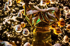 Schöner goldener Weihnachtsbaum unter Schnee Lokalisierung auf Weiß Lizenzfreies Stockfoto