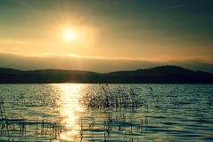 Schöner Herbstsonnenaufgang oder -sonnenuntergang mit Reflexion auf SeeWasserspiegel Stockfotos