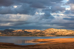 Schöner Hume Lake unter viktorianischen Landschaftshügeln Stockfoto