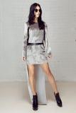 Schöner James Bond Girl im Studio Stockfotos