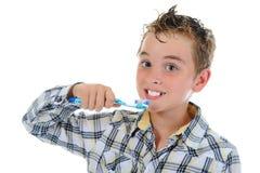 Schöner kleiner Junge säubert Ihre Zähne Lizenzfreie Stockfotografie