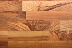 Schöner lamellenförmig angeordneter Bodenbelag mit Walnussbeschaffenheit Stockfotos
