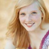 Schöner lächelnder Mädchengesichts-Porträtabschluß oben Lizenzfreie Stockbilder