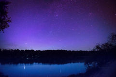 Schöner nächtlicher Himmel mit vielen spielt auf einem See die Hauptrolle Lizenzfreies Stockbild