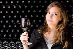 Schöner Probierenwein der jungen Frau. Lizenzfreies Stockbild