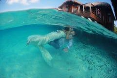 Schöner reizender Kuss der Braut und des Bräutigams Unterwasser Lizenzfreies Stockfoto