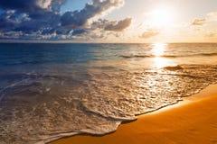 Schöner Sonnenaufgang auf karibischem Strand Stockfotos