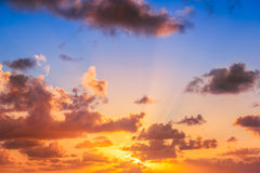 Schöner Sonnenaufgang über dem Horizont Stockbilder