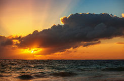 Schöner Sonnenaufgang über dem Horizont Stockbild