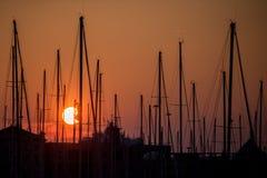 Schöner Sonnenuntergang im Jachthafen Stockfotos