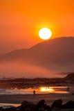 Schöner Sonnenuntergang mit großem rundem Sun Stockfoto