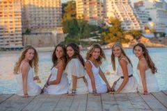 Schöner Teenager in der weißen Kleidung Stockfotos