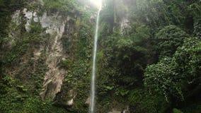 Schöner tropischer Wasserfall Insel Philippinen Camiguin stock video