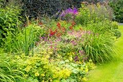 Schöner ummauerter Garten Lizenzfreies Stockfoto