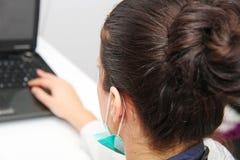 Schöner weiblicher Doktor mit Stethoskop Stockbild