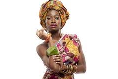 Schönes afrikanisches Mode-Modell im Trachtenkleid. Lizenzfreie Stockfotos