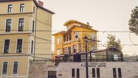 Schönes altes gelbes Buidling Stockbilder