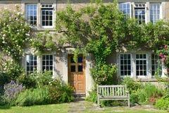Schönes altes Haus und Garten Stockfotografie