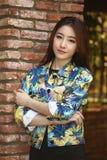 Schönes asiatisches Frauenmodell, das ein Modetrieb tut Stockbilder