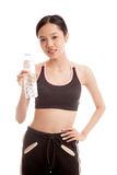 Schönes asiatisches gesundes Mädchen mit Flasche Trinkwasser Stockbilder