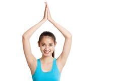 Schönes asiatisches gesundes Mädchen tun Yogahaltung Lizenzfreie Stockfotografie