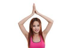 Schönes asiatisches gesundes Mädchen tun Yogahaltung Stockfoto
