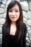 Schönes asiatisches Mädchen, das Projektor betrachtet Lizenzfreie Stockbilder