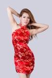 Schönes asiatisches Modell, das traditionelles Cheongsam trägt Stockfotos