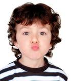 Schönes Baby, das einen Kuss wirft Stockfotografie