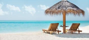 Schönes Bild des Strandes und des stillstehenden Stuhls Lizenzfreies Stockbild