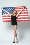 Schönes blondes Mädchen mit amerikanischer Flagge Stockfoto
