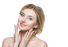 Schönes blondes Mädchen mit einem leichten Make-up Was die Frauenfinger und -gesicht anbetrifft, welche die Kamera betrachten iso Lizenzfreies Stockfoto