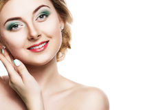 Schönes blondes Mädchen mit einem leichten Make-up Was die Frauenfinger und -gesicht anbetrifft, welche die Kamera betrachten iso Lizenzfreies Stockbild