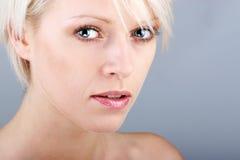 Schönes blondes mit einem Ausfragenausdruck Stockbild