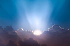 Schönes Cloudscape und Sonnenaufgang, die durch Wolke bricht Stockbild