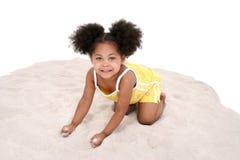 Schönes drei Einjahresmädchen, das im Sand spielt Lizenzfreies Stockbild